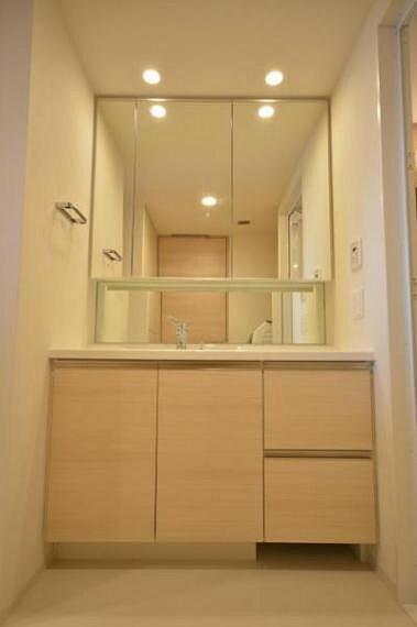 洗面化粧台 ワイドな鏡を備えた洗面化粧台。複数人でも使用できるので朝の忙しい時間には大活躍です。