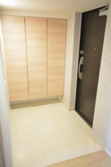 玄関 家族や来客を迎えるのにふさわしい、白を基調とした明るい印象の玄関