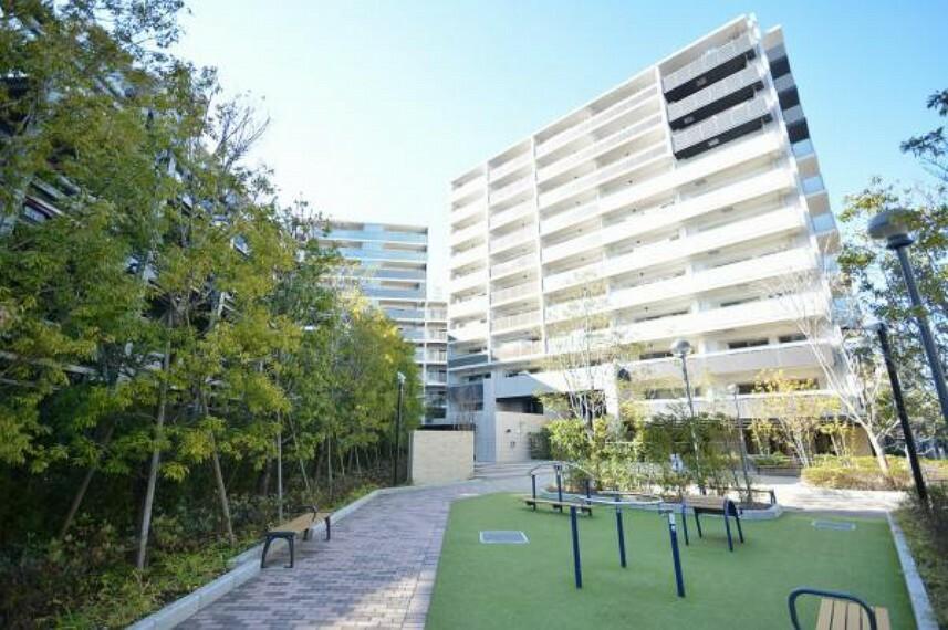 外観写真 マンション敷地内には四季折々の緑があります