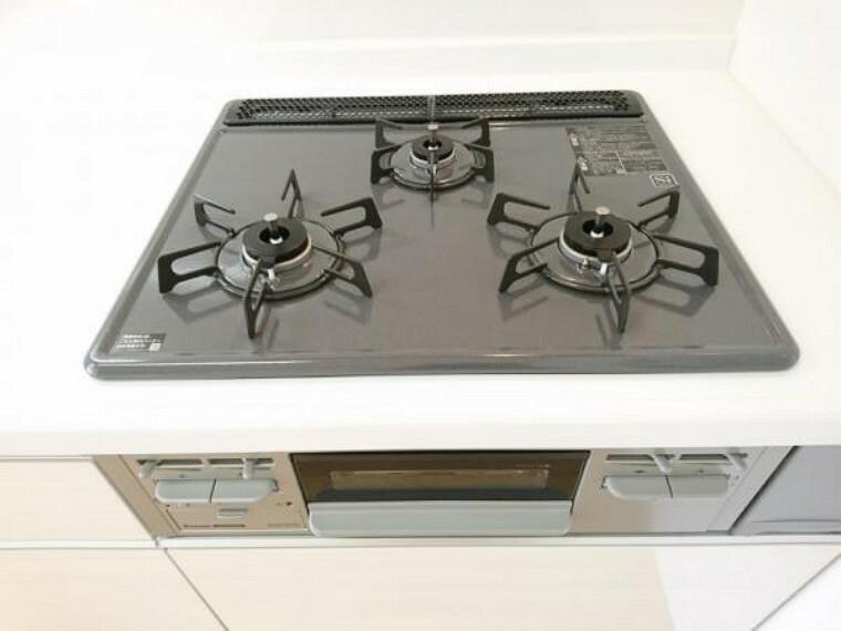 キッチン 【同仕様写真】交換予定のキッチンは3口コンロで同時調理が可能。大きなお鍋を置いても困らない広さです。お手入れ簡単なコンロなのでうっかり吹きこぼしてもお掃除ラクラクです。