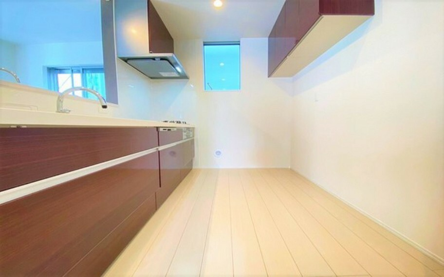 キッチン 奥行きのあるキッチンスペース。幅が広く、お料理の際に窮屈さを感じる事はなさそうですね。