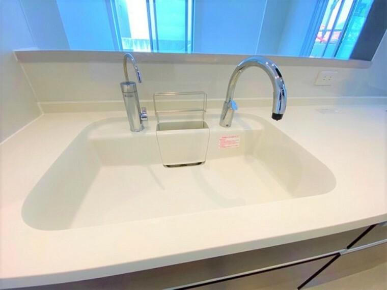 キッチン 人工大理石のシンク。清潔感があります。