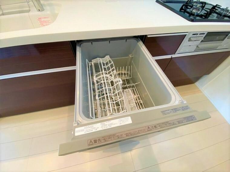 キッチン ビルトインタイプの食洗機。家族の食器を一度洗えてとても便利です。