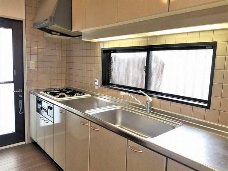 キッチン キッチン・便利なシステムキッチンで収納もしっかりあるのでお鍋なども沢山収納できます。毎日のお料理作るのも楽しくなります。