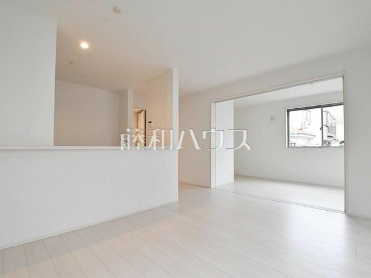 居間・リビング 対面キッチンを採用したリビングは明るく開放感を主として設計しました。 【練馬区貫井4丁目】