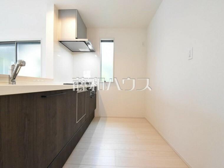 キッチン 窓のある明るい空間 対面式なのでコミュニケーションの取りやすいキッチンです 【練馬区貫井4丁目】
