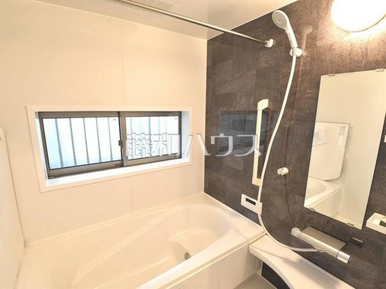 浴室 窓付き浴室は、しっかり換気ができていつも清潔に、毎日のバスタイムが楽しみになります。足を伸ばして入れるバスタブで、ゆっくり一日の疲れを癒して下さい。 【練馬区貫井4丁目】