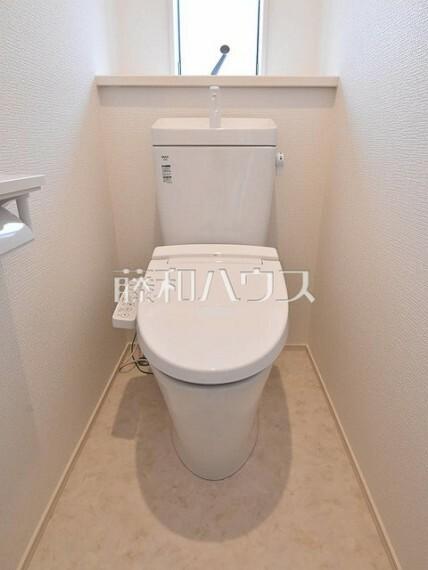トイレ トイレはウォッシュレット付き、窓を設けた明るい空間で換気も可能 【練馬区貫井4丁目】