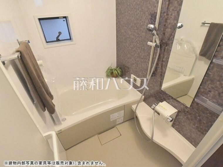 浴室 浴室は湿気がたまりやすいですが、窓があるだけで換気もできてカビ対策にもなるので嬉しいですね。 【杉並区天沼1丁目】