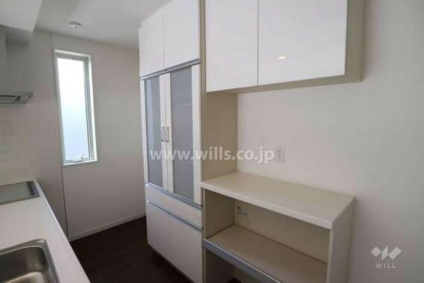 キッチン キッチンの様子。背面には食器棚があり、大容量の収納でキッチン周りをスッキリ保つことができます。