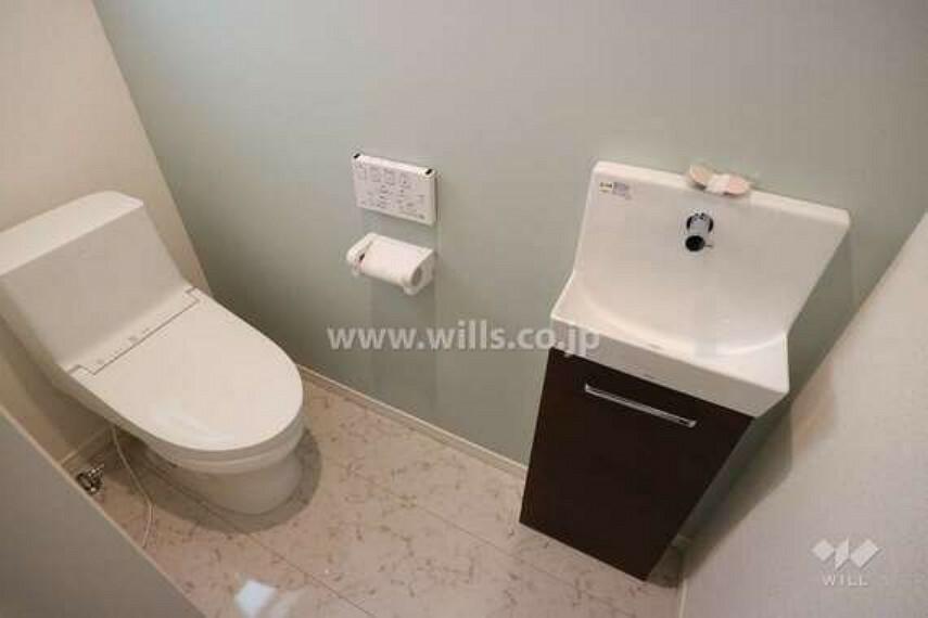 トイレ お手洗いの様子。1階と2階に設置されているので、混み合う心配がありません。窓付きなので、しっかり換気ができ、臭いがこもりにくいです。