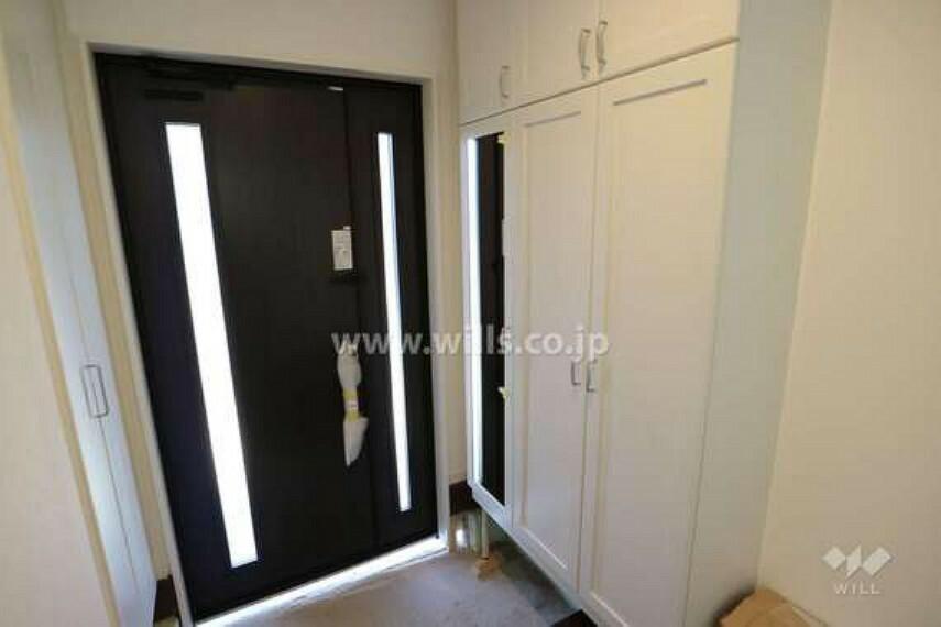 玄関 玄関の様子。開放的ですっきりとした玄関がお出迎え。シューズクロークがあり、たっぷり収納でき、玄関が散らかる心配も少ないです。