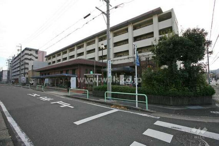 図書館 昭和52年11月18日天白賃貸住宅の1階に開館。天白区の中央を流れる天白川の近く、区の中心に位置し、年々人口の増加する新興住宅地の中にあります。