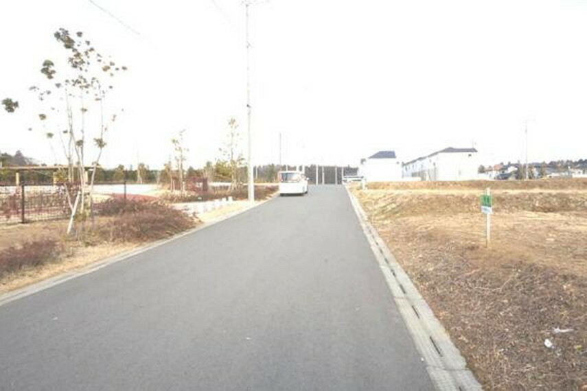 現況写真 前面道路が広いと、車の出し入れがスムーズに出来そうですね。