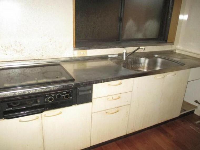 キッチン 【リフォーム前】キッチンは新品のシステムキッチンへ交換します。もちろん床壁は張替ますので、明るく使い勝手の良いキッチンとなります