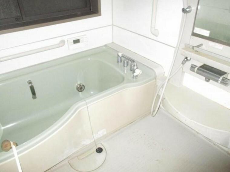 浴室 【リフォーム前】1坪タイプのユニットバスはクリーニングをおこないます。