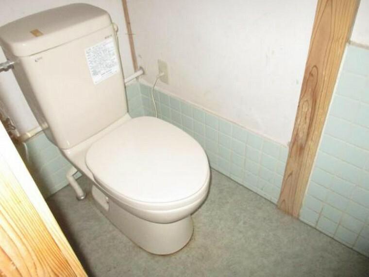 トイレ 【リフォーム前】トイレはシャワー付き便器に交換、床や壁の張りかえで衛生的で気持ち良くお使い頂けます。