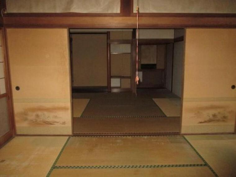 【リフォーム前】玄関からすぐの6帖和室です。畳、襖、障子の張替を行います。
