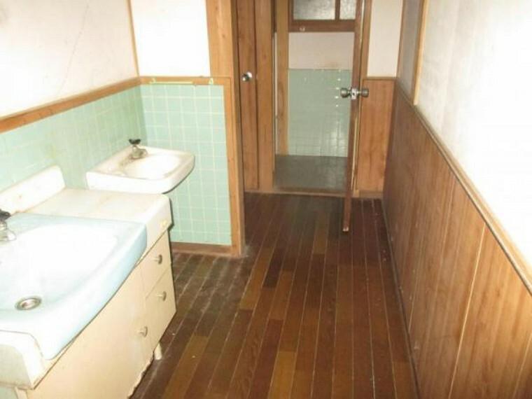 洗面化粧台 【リフォーム前】洗面所です。間取変更して使い勝手が良いようにします。シャワー付き水栓なので朝の身支度が楽々になります。