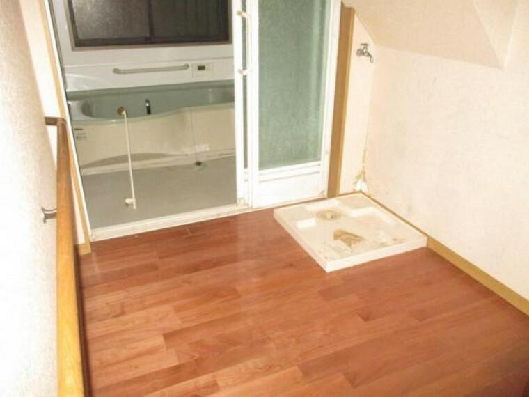洗面化粧台 【リフォーム前】脱衣室です。床、壁の張替を行います。