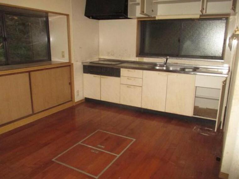 キッチン 【リフォーム前】ダイニングキッチンです。キッチンは新品交換。フローリングやクロスの張替を行います。
