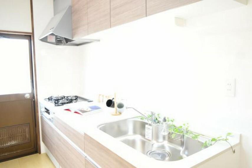 専用部・室内写真 【同仕様写真】システムキッチン扉は収納式となっています。勢いよく閉めてもそっと閉まるソフトモーション機能付。大きいお鍋やフライパンも出し入れしやすく、包丁もスッキリ収まります。