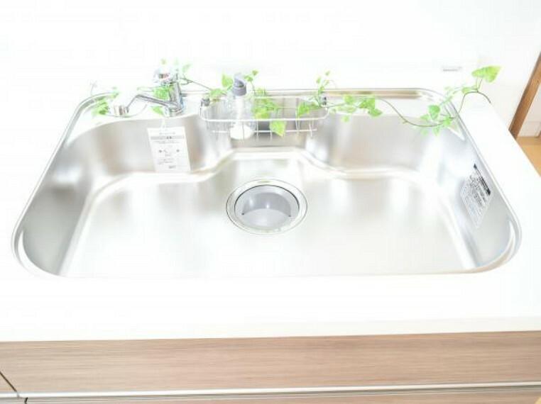 専用部・室内写真 【同仕様写真】システムキッチンのシンクはとても広く、大きな鍋も洗いやすく、センターポケット形状で、排水口がスムーズです。