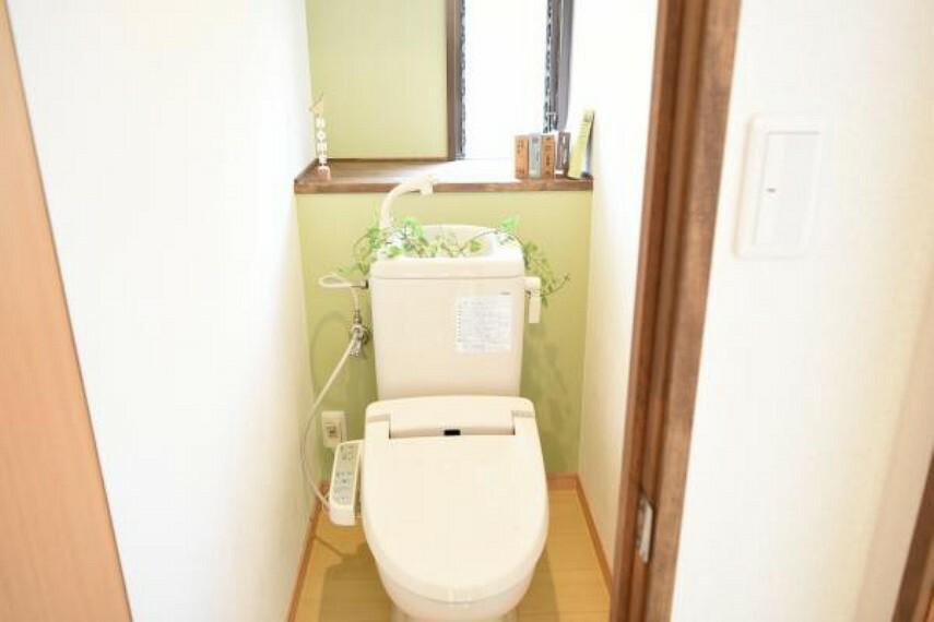 専用部・室内写真 同仕様写真】トイレは便器便座を新品と交換します。直接肌が触れるところなので、新品だと衛生面でも安心ですね。