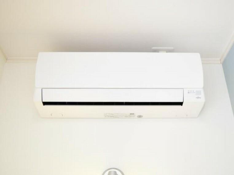 専用部・室内写真 【同仕様写真】新生活を快適にサポートしてくれる、エアコンをリビングに設置。家電の買い替えをご検討のご家族も、エアコン1台分の費用が浮いて嬉しいですね