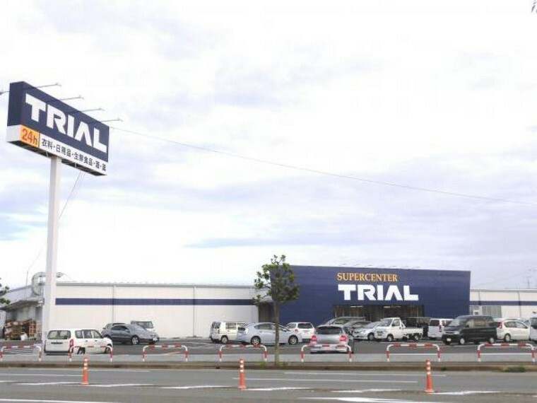 スーパー トライアル鹿島店様まで2200メートル、車で5分 毎日のお買い物も大きなスーパーがあると便利ですね。