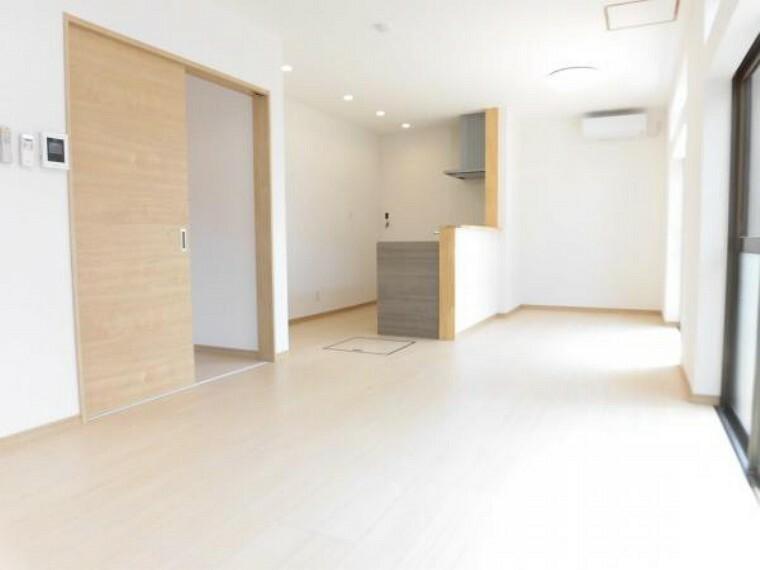 居間・リビング 【リフォーム済】リビングは、床フローリング張替え、壁クロス張替えを行いました。2間続きの和室を一体にして約14帖のリビングに仕上げました。