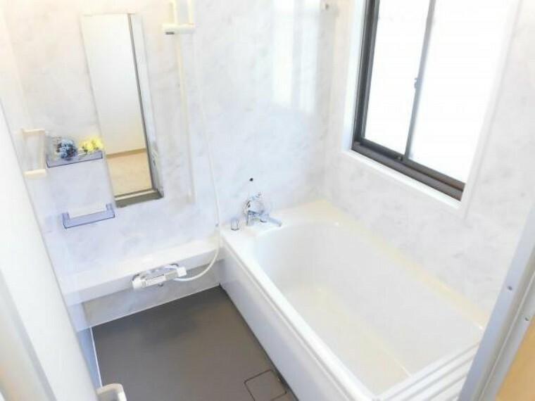 浴室 【リフォーム済】浴室には、ハウステック製ユニットバスに新品交換しました。1坪タイプなので、足を伸ばして一日の疲れを癒せますね。