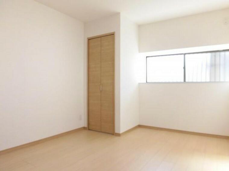 【リフォーム済】1階洋室です。既存のキッチンは撤去し、居室に変更しました。フローリングは上張り、壁・天井はクロス張替えを行いました。