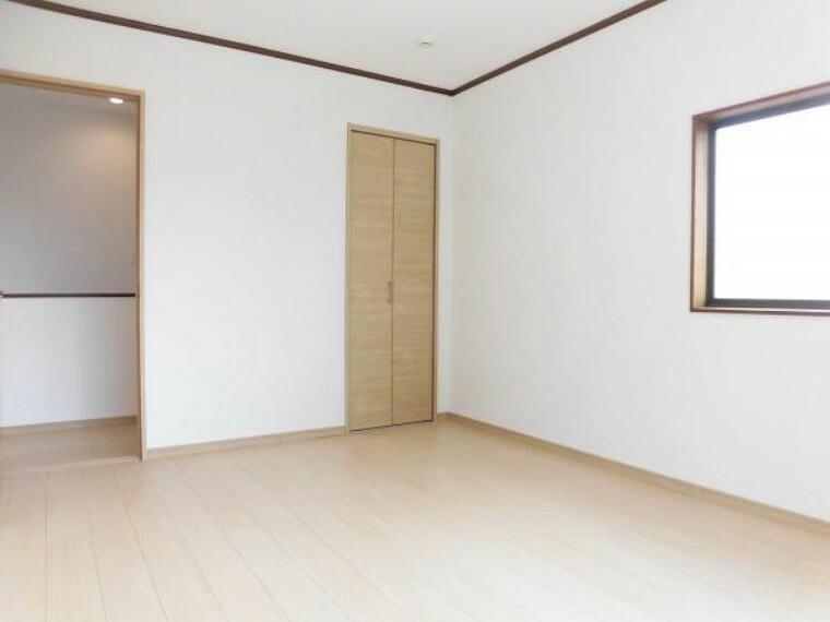 【リフォーム済】2階東側洋室です。フローリングは上張り、壁・天井はクロス張替えを行いました。