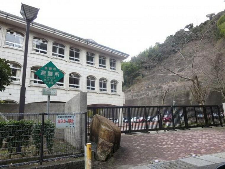 中学校 【中学校】三川中学校まで約1500m(徒歩約19分)。少し距離はありますが、毎日歩くことで体力もつきますね。