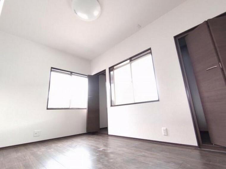 洋室 【リフォーム済】2階洋間5.75帖です。壁を新設して、洋間二部屋に間取り変更を行いました。床はフローリング張り、壁と天井はクロス張りを行いました。収納もありますので、過ごしやすいですね。
