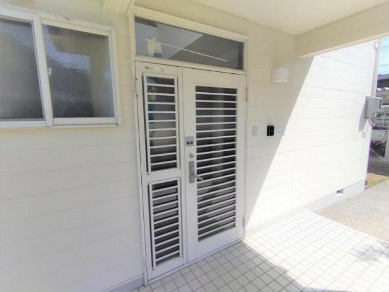 玄関 【リフォーム済】玄関外観です。鍵の交換と玄関取っ手の塗装を行いました。インターホンの新設、郵便受けの交換を行っております。白を基調とした玄関が上品でいいですね。