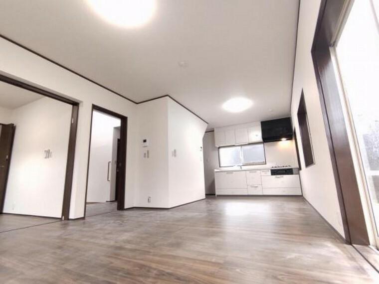 リビングダイニング 【リフォーム済】1階LDK22帖別アングルです。大きな掃き出し窓から入る光が気持ちいいですね。隣の洋室4.5帖でくつろぐこともできて、過ごしやすいですね。