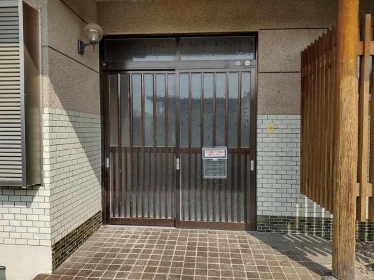 玄関 【リフォーム中】玄関ドアは交換、タイルは30センチ角に打ち換えます。お家の顔である玄関が交換されると印象がパッと明るくなりますよ。