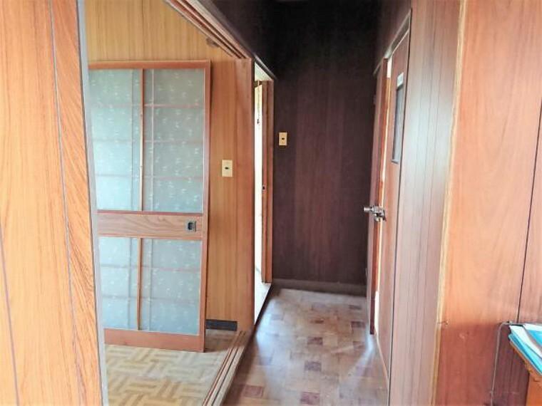 【リフォーム中】廊下は壁・天井クロス張り、床フローリング張、照明器具交換、を行います。白を基調にしたクロスを貼るのでお家の雰囲気がグッと明るくなりますよ。