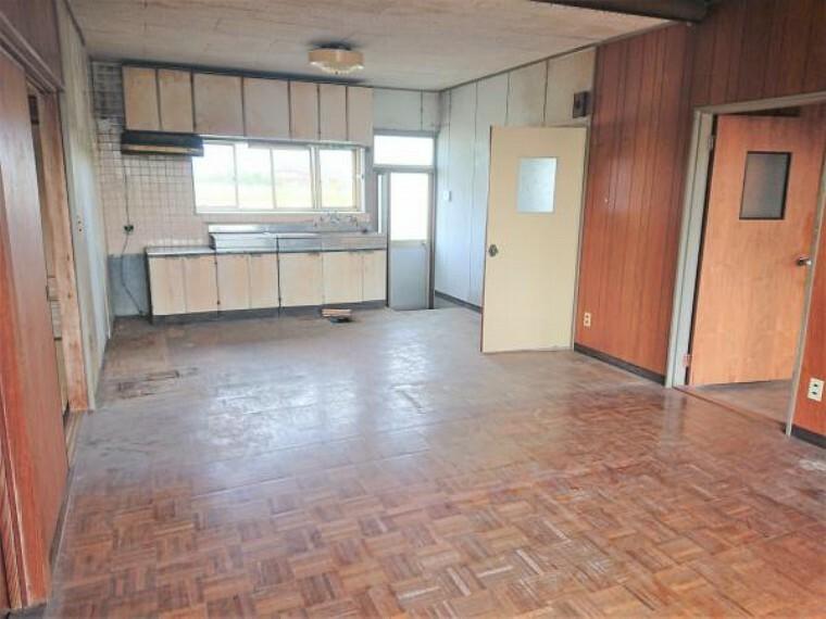 洋室 【リフォーム中】西側8帖洋室です。壁・天井クロス張り、床フローリング張、建具交換、照明器具交換、火災警報器設置を行います。テレビやベッドの配置がしやすい間取りですね。