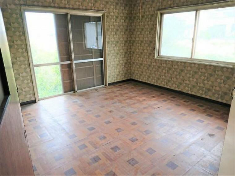 洋室 【リフォーム中】北側8帖洋室です。壁・天井クロス張り、床フローリング張、建具交換、照明器具交換、火災警報器設置を行います。リビング以外の各居室に収納があるので便利ですね。