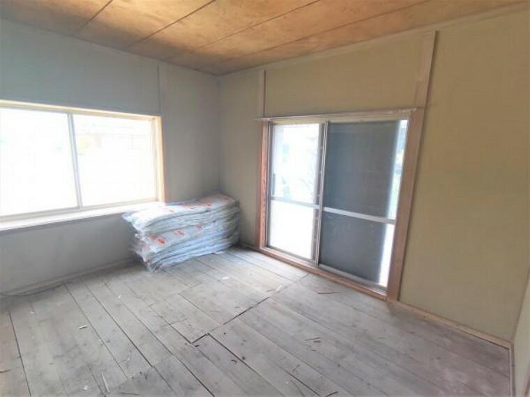 洋室 【リフォーム中】東側6帖洋室です。壁・天井クロス張り、床フローリング張、建具交換、照明器具交換、火災警報器設置を行います。和室を洋室に変更し、暮らしやすい間取りになります。