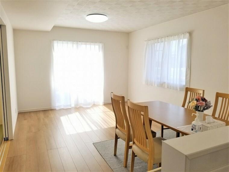 居間・リビング 居間・16帖のLDK!窓が多く自然の明るさで開放感を演出。ダイニングでゆっくりと食事をした後は、広々としたリビングで家族団らんの時間をすごせます。