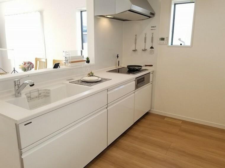 キッチン キッチン・タカラの高品位ホーローシステムキッチン!耐久性、耐熱性、耐水性に優れお手入れ簡単、マグネットも使えて便利!スタイリッシュなデザインが魅力です。