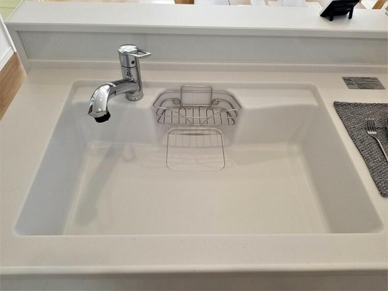 キッチン キッチン・タカラの高品位ホーローのシンクは清潔感もあり使い勝手も良さそうです