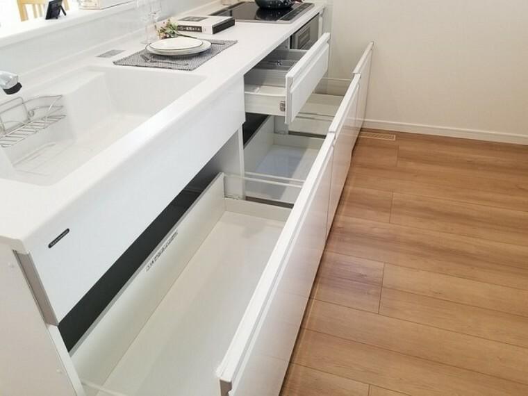キッチン キッチン・お料理がらくらくで楽しくなるシステムキッチン。オールスライド式収納で食器の出し入れもスムーズ。