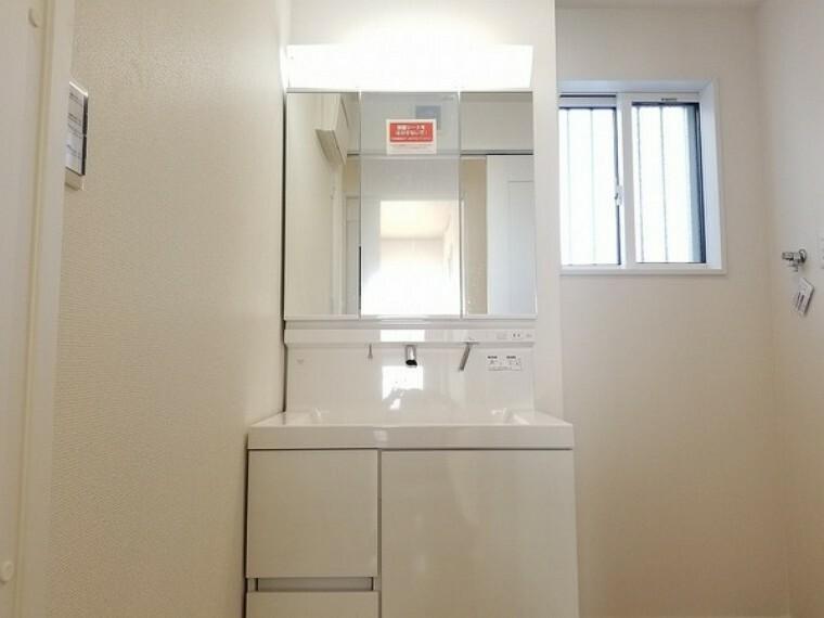 洗面化粧台 洗面台・ゆとりの洗面スペースで朝の身支度も快適スムーズ朝から、気分良く通勤通学に向かえそうですね!