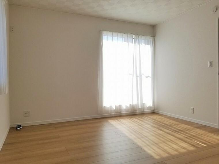 寝室 寝室・8帖。バルコニーへ続く明るいお部屋。クローゼット付きで収納も充実していて寝室として使いやすいお部屋です。