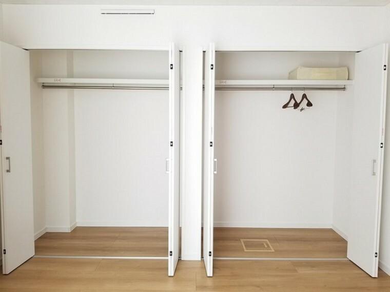 収納 収納・ご夫婦のお洋服や小物などをすっきり収納できそうですね!クローゼットは、シワになりやすい洋服をかけて収納できますし、出し入れも楽々!